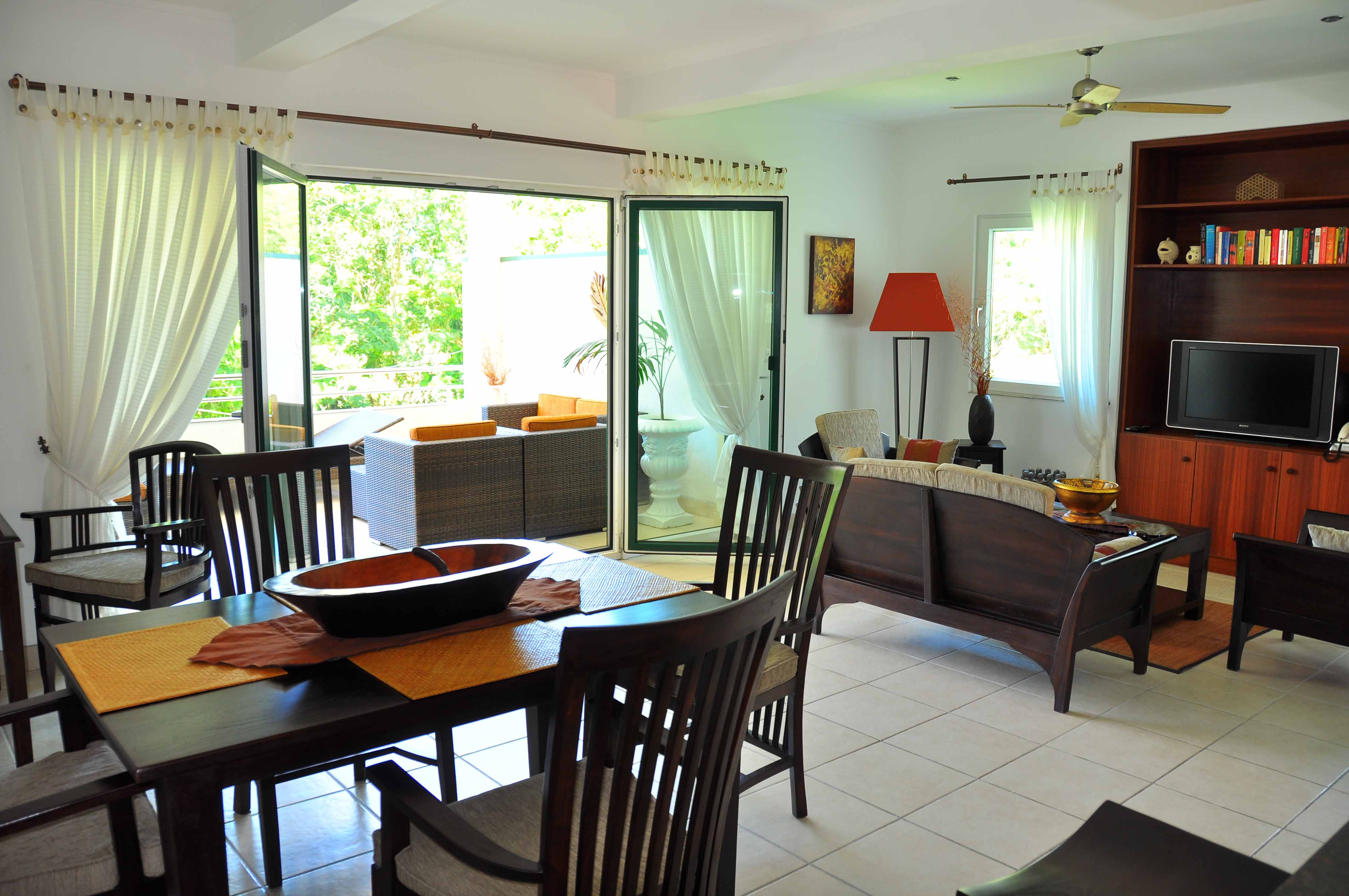 All apartments of the Hanneman Residence in Seychelles are self-catering. They feature open-plan kitchen fully equiped with he most modern and brand new machinary. You will enjoy preparing the delicious fish and discover vegetable and tropical fruits bought at the lively market of Victoria, 5 km away.